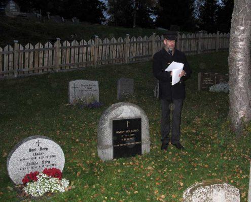 Per Helge Nylund forteller på  gravminnevandringen