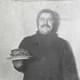 mann holder stabel med pannekaker