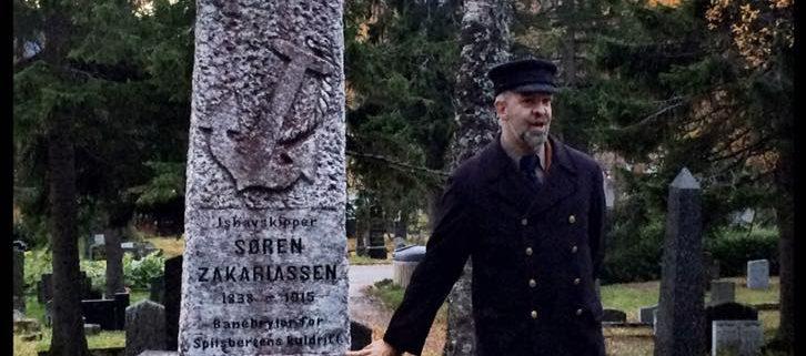 Mann ved kirkegård